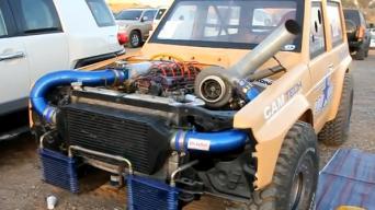 Arabų dragas ant smėlio su galingais automobiliais