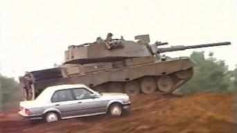BMW E30 prieš tanką