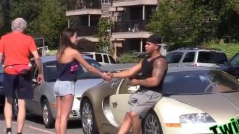 "Kabina merginas su ""Bugatti Veyron"", nors vairuoja ""Dodge Neon"""